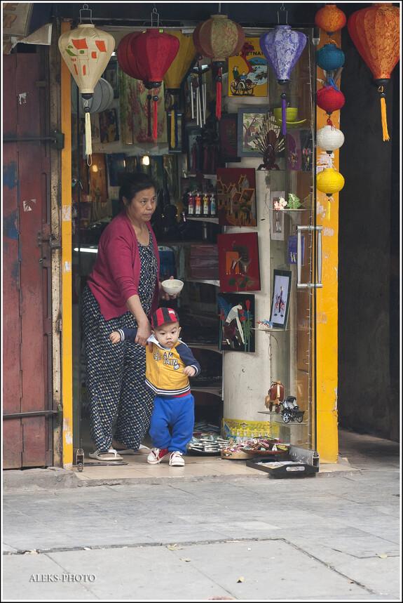 Многие ханойцы живут практически в своих лавках или магазинах. На первом этаже торгуют, а на втором живут. Это - очень удобно...
