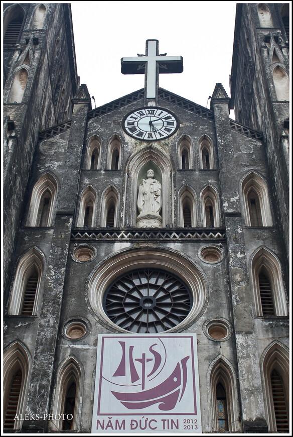 Еще раз взглянем на фасад собора. Оказывается, когда у власти были коммунисты, это были далеко не лучшие времена для католиков Вьетнама. Службы в этом храме регулярно проводятся лишь с 1990 года. До этого, впрочем как и у нас, церковь переживала не лучшие времена.