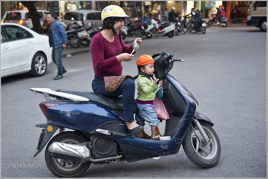 На мотоциклах здесь ездят все - от мала до велика. Дети с самого раннего возраста привыкли к двухколесным средствам передвижения. Вот как раз местная мадам надевает традиционную маску...
