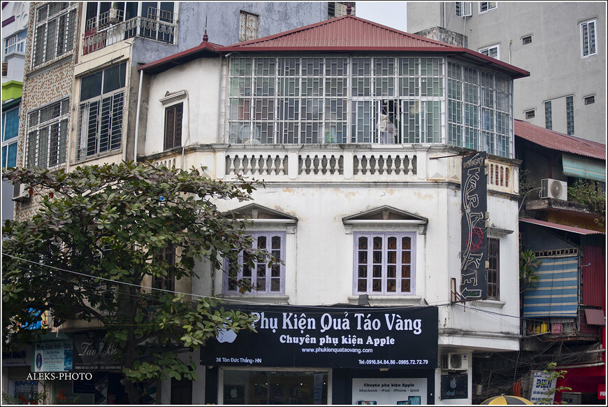 Элементы французсско-вьетнамской архитектуры. Дома здесь очень узкие и многоэтажные. По винтовым лестницам вы поднимаетесь на свой этаж в номера. Отсчет этажей начинается со второго.