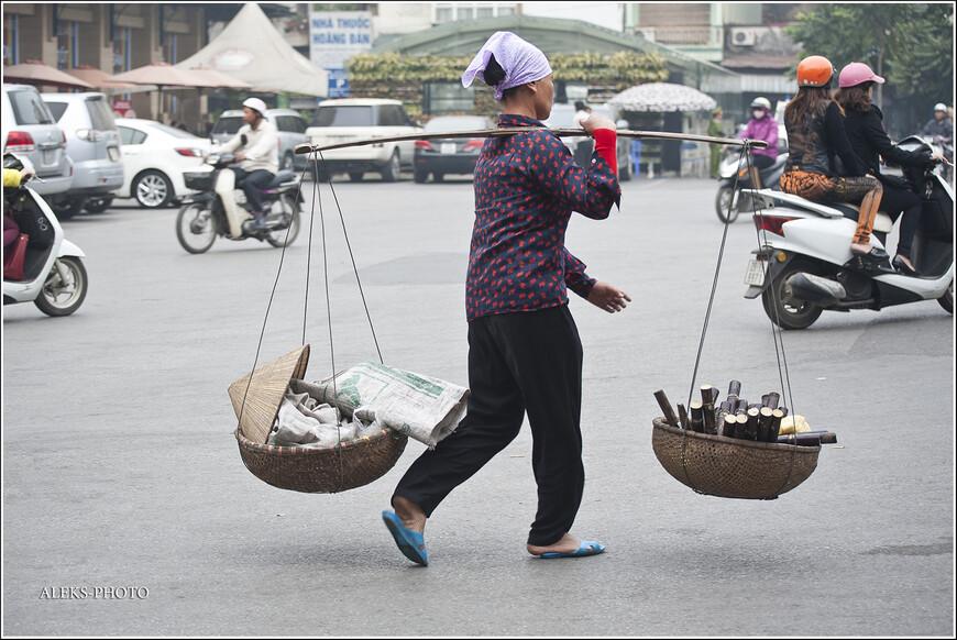 Ну, еще раз - коромысло. На этот раз она несет съедобный тростник. Его очищают от кожуры и белую сердцевину продают. Мы не пробовали. Хотя о вкусе догадаться не сложно. Вообще, кто не знает - бамбук -своего рода слабительное. Это особенно касается тех, кто осмеливается пить в азиатских странах выжатый из тростника сок...