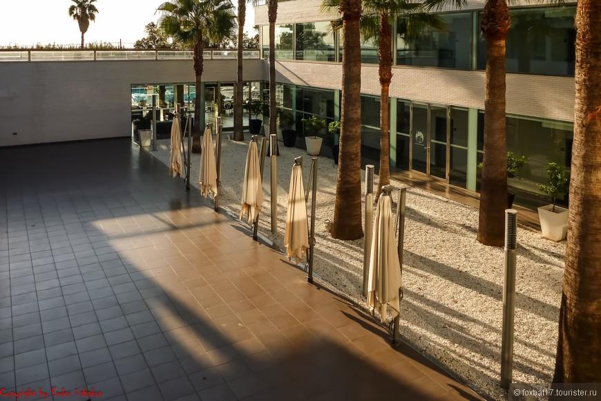 Вот уже и стало светло.  Короткая прогулка по отелю начинается с балкона своего номера.