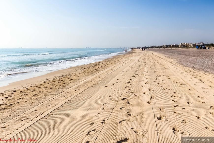 Судя по увиденному, вероятно, каждую ночь пляж подвергается механизированной уборке и выравниванию.