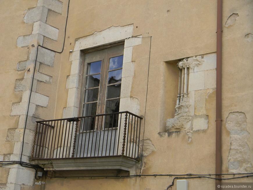 Так и не поняла, что это за элемент декора справа от балкона..