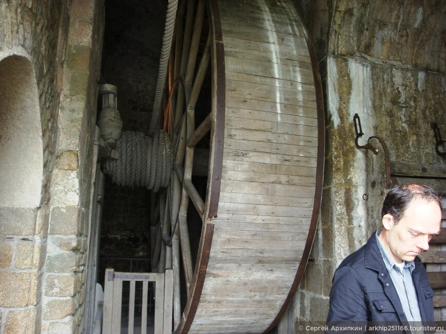 На  таких подъемниках - монахи поднимали в аббатство - еду, воду и строительные материалы