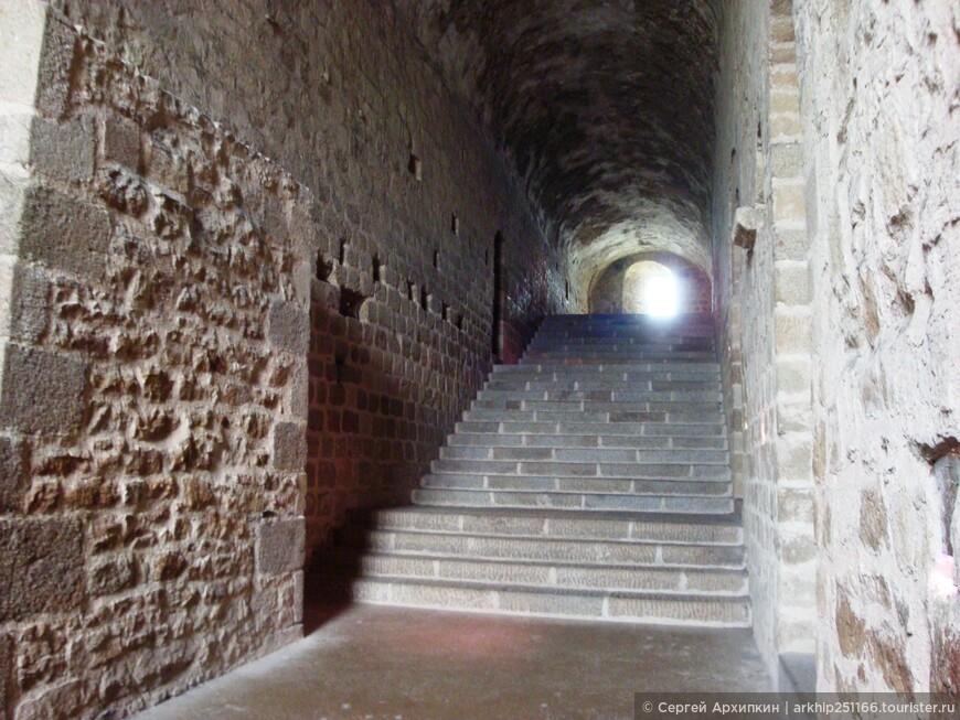 Аббатство на острове существует с 709 года, то есть более 1300 лет! и все это время шло непрерывное строительство укреплений