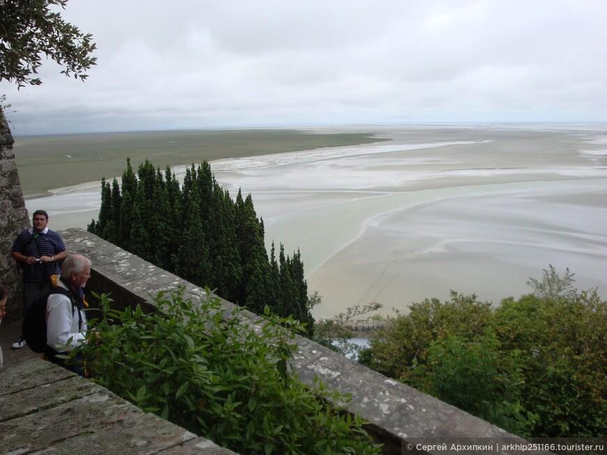 Здесь проходит административная граница между двумя регионами Франции - Бретанью и Нормандией.