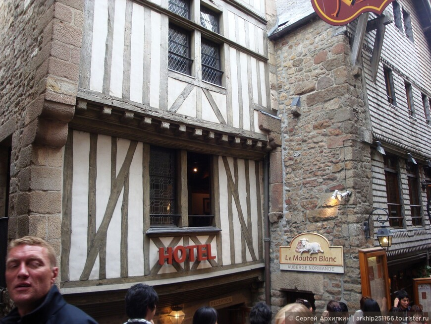 На единственной улице находяться рестораны ,кафе и небольшие гостиницы.