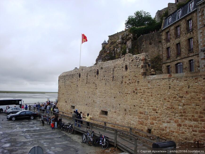 Погода была прохладная,только что прошел дождь, но я все таки решил обогнуть весь остров и пошел вдоль стен аббатства