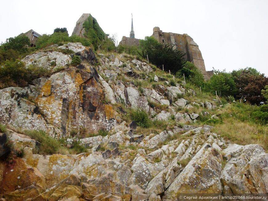 На высоте шпиль аббатства Мон-Сен-Мишель