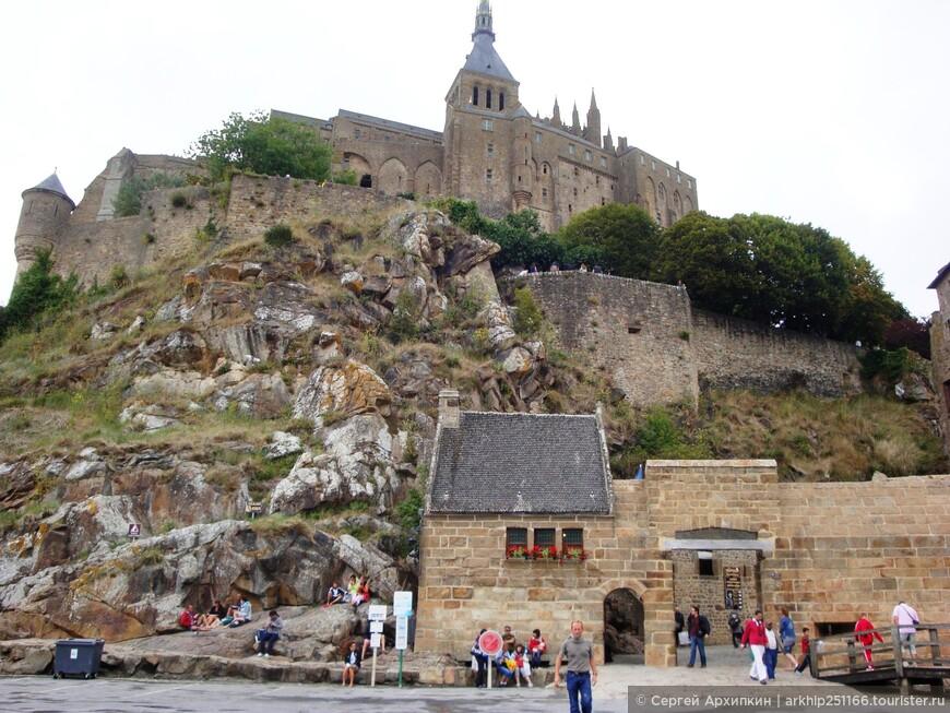 У входа в замок  слева есть скамейка, где все ждут автобус- это единственная остановка, сюда подъезжают автобусы и здесь же расписание автобусов