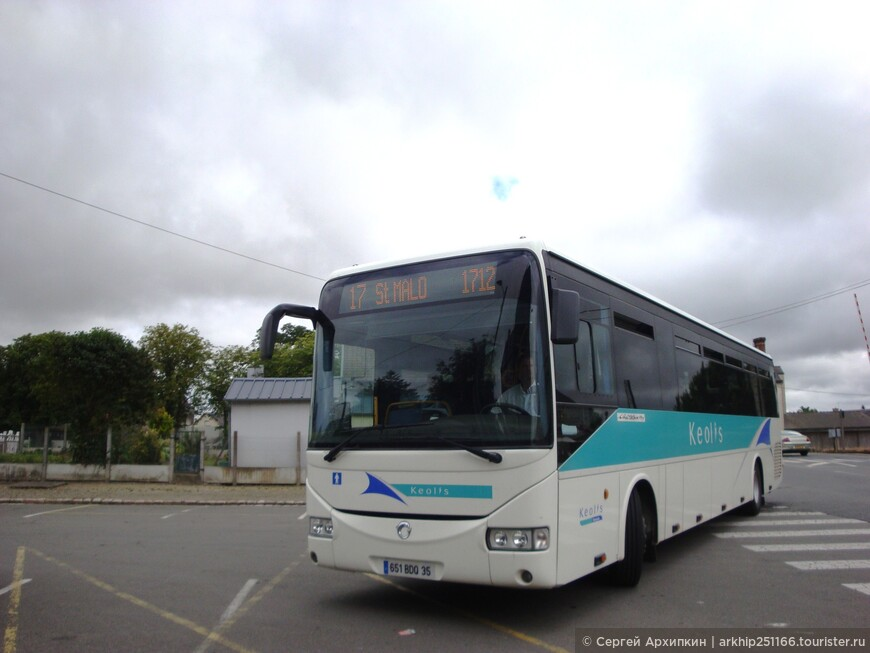 Здесь ждем автобус до Сен-Мало. Линия № 17, все автобусы хорошо состыкованы, поэтому ждать недолго, в 15.00 приехал вот этот автобус (на фото) , я зашел в автобус ,заплатил водителю за проезд 3 евро и 30 центов и поехал в Сен-Мало