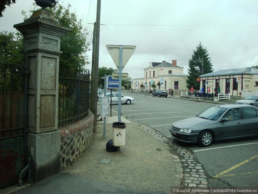 Наискосок от станции в 30 метрах будет вот эта остановка автобуса, который идет в Сен-Мало с расписание автобусов.