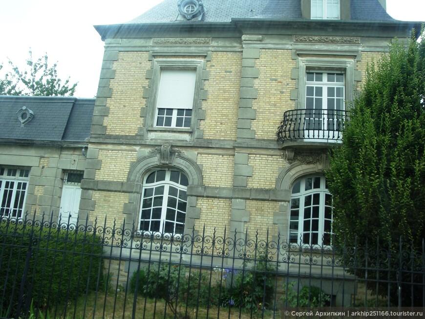 Ехали до Сен-Мало около часа - дорога была интересная и проходила по мелким городкам Нормандии и Бретани, а затем по побережью Ла-Манша