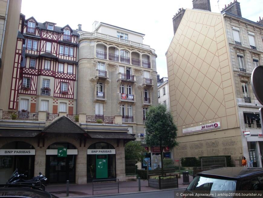 """Слева от улицы Жанны Д""""Арк находится красивый средневековый дворец Правосудия 15 века."""