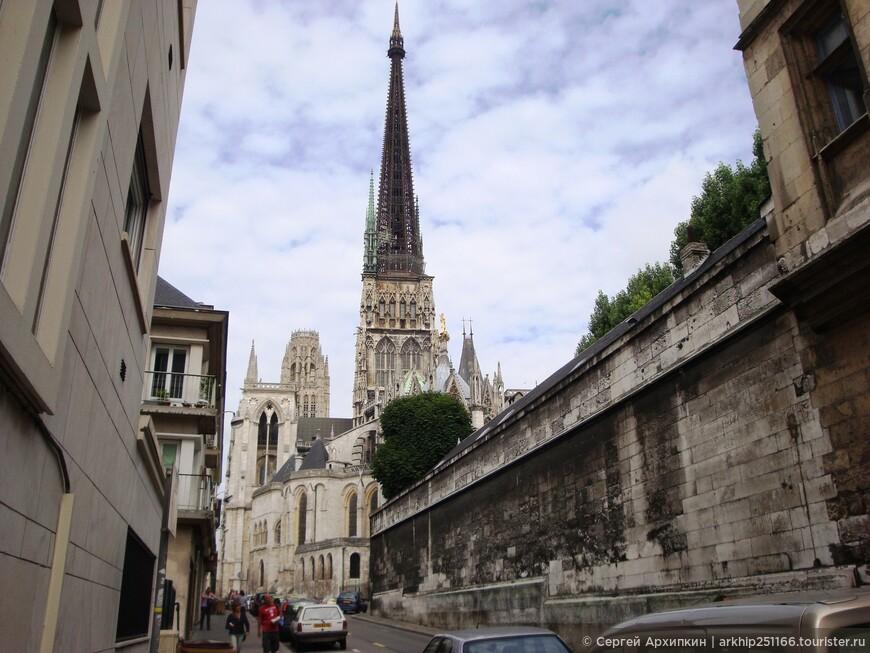 От собора Нотр-Дам я направился к следующему средневековому собору - церковь Сен-Маклу