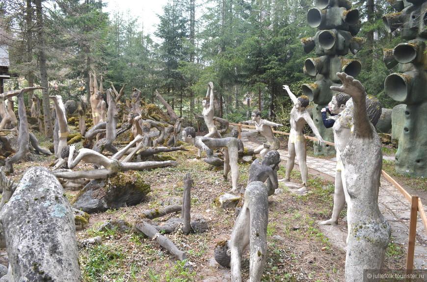 Скульптор увлекался йогой, что, как видите, нашло отражение и в творчестве: довольно большая группа скульптур изображает различные асаны йоги.