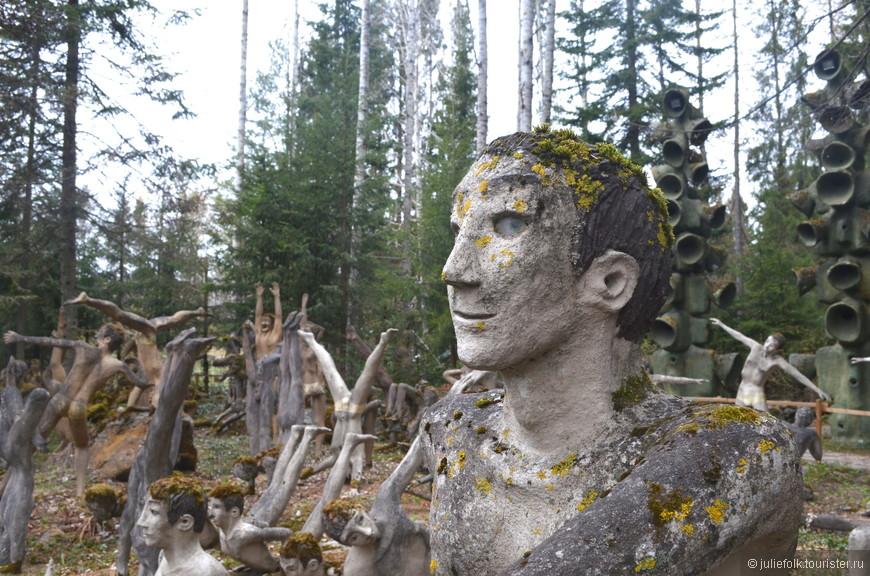 В своем творчестве автор стремился быть максимально реалистичным и натуралистичным, что не всегда шло на пользу скульптурам…. Например, он вставлял им пластиковые глаза, из-за чего лица получались особенно жуткие.