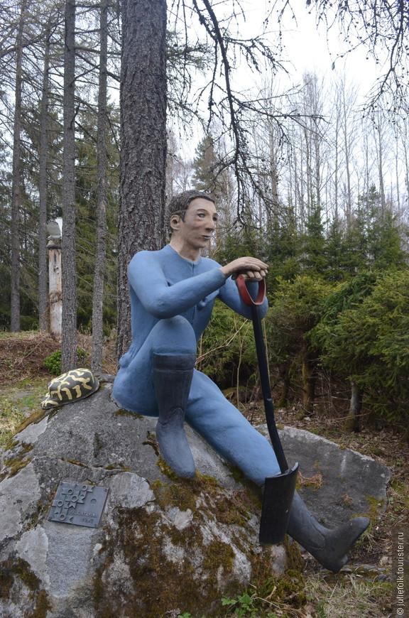 На краю парка, в стороне от остальных скульптур присел отдохнуть и сам творец.