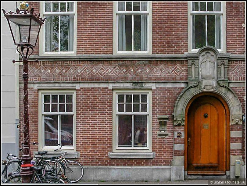 Площадь Спёй. Эта дверь похожа на дверь в дом, на самом деле, это проход на территорию Бегейнхофа