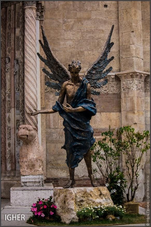 эта фото перед главным собором,Дуомо ди Верона