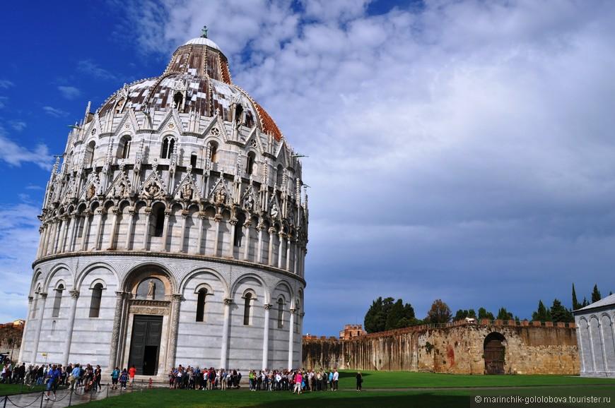 Площадь чудес славится расположенным на ее территории архитектурным ансамблем, в котором Баптистерий (церковное здание) является одним из уникальных его элементов.