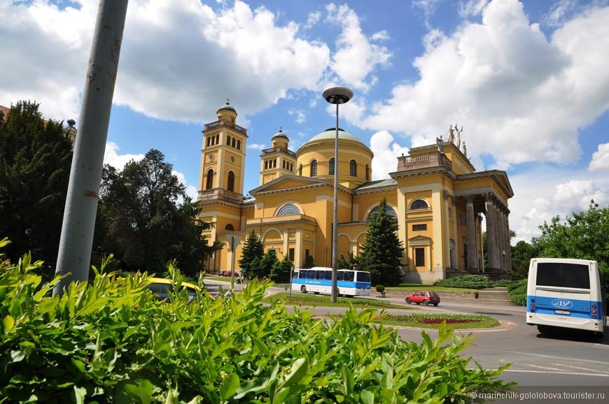 Кафедральный собор (архиепископальный) – второй по величине храм Венгрии построен в стиле стиле классицизма. Его орган самый большой в стране.