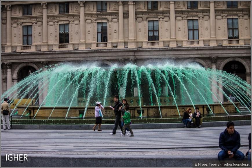 в Генуе на площади Де Феррари постоянно меняют цвет воды в фонтане
