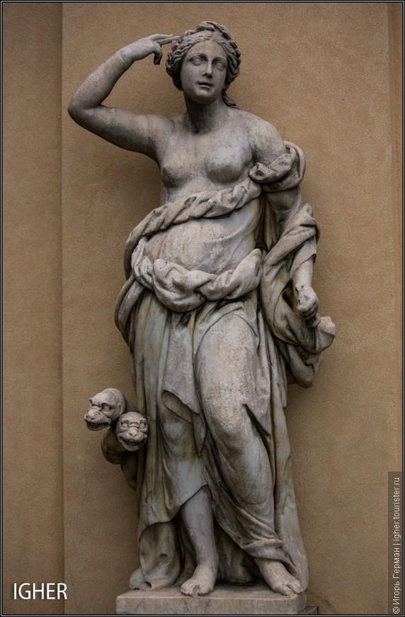 не знаю кто это,но сама скульптура сексуальна а змеюки вообще прикольны...