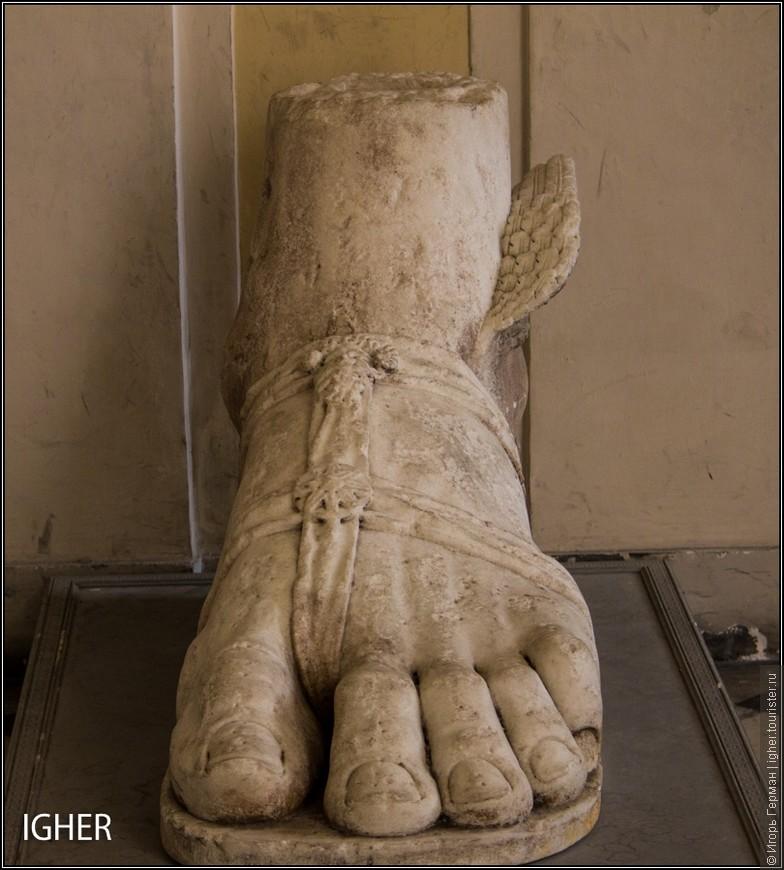 у королевского дворца нога Персея