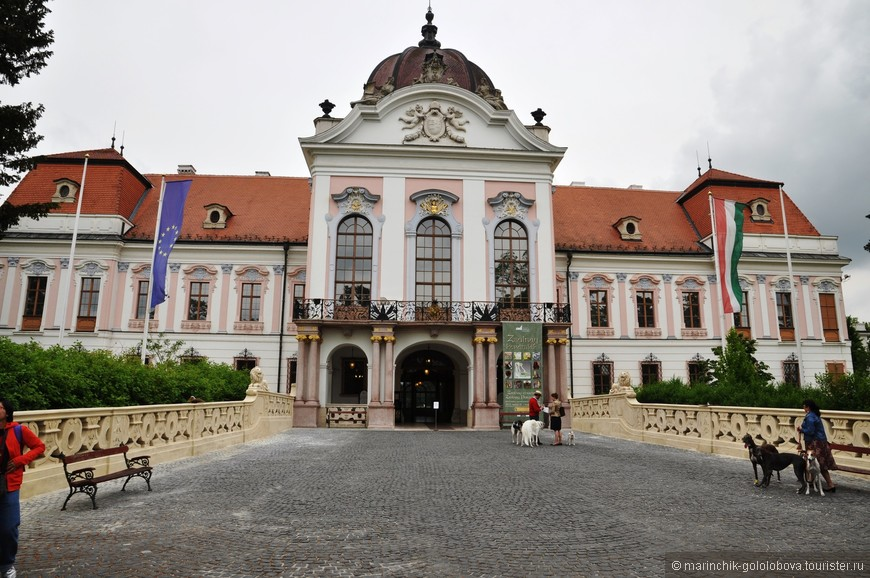 Королевский дворец, построенный в стиле барокко.