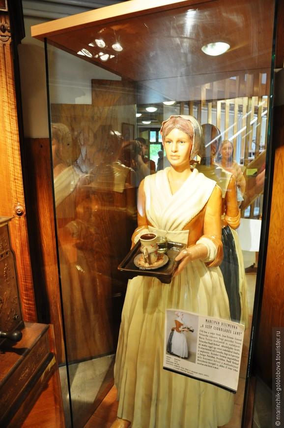 При входе в музей нас встречала вот такая дама (из марципана).