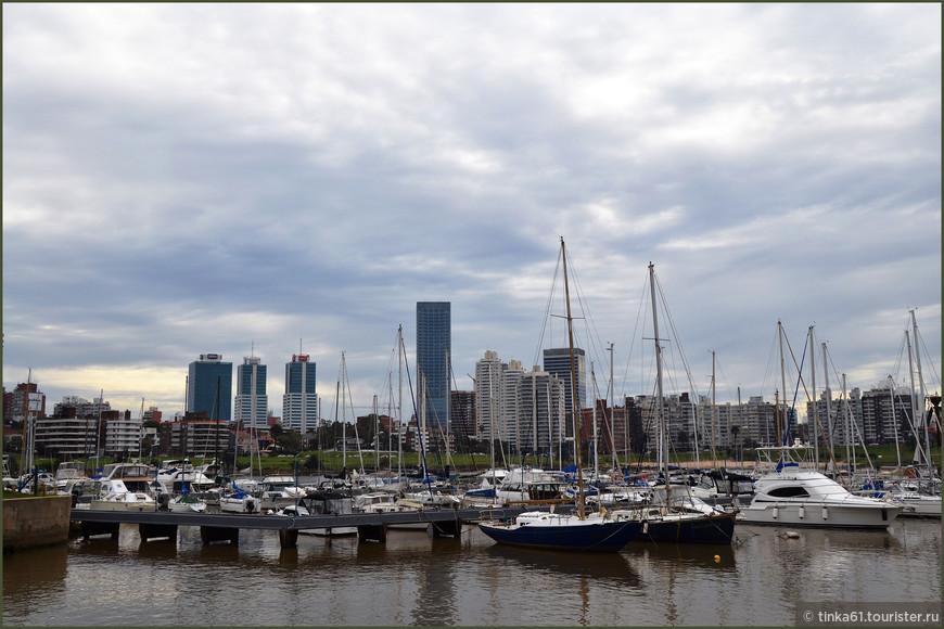 Вид из гавани  Puertito de Buceo на деловой центр Монтевидео.