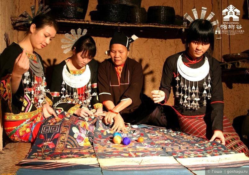 молодые девушки учатся вышивке у пожилой бабушки.