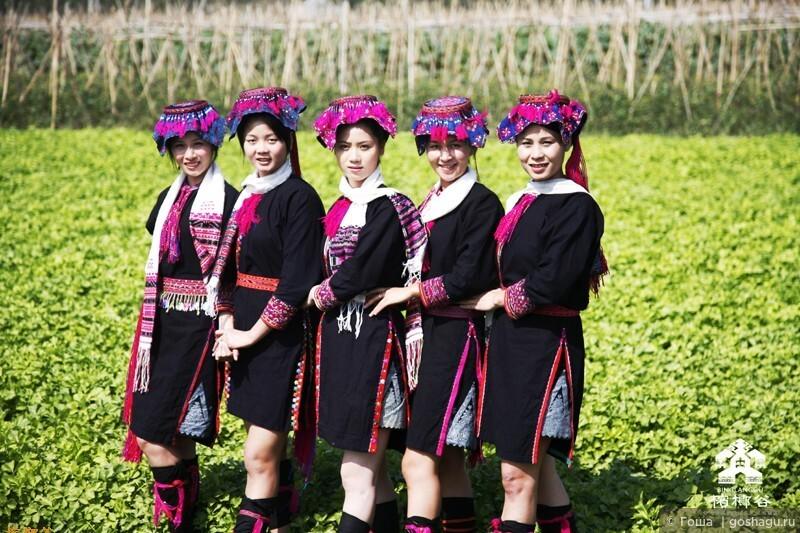 девушки в национальное одежде.
