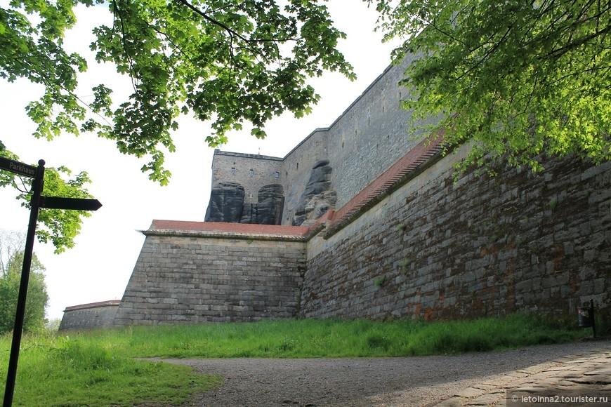 Можно попасть на территорию крепости двумя способами: 1. пешком по тропинке, уходящей налево; 2. на лифте (расположенном чуть правее).