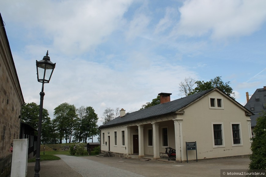 Комендантские  конюшни были созданы в 1828 г. Здесь главнокомандующий мог содержат своих скаковых лошадей. Временно в 6-ти стойлах  размещались также ломовые лошади, артиллерия и извозчик. Кроме того, в этом здании находился шорник, комната для посуды и корма, а также хлев для коров и свиней.
