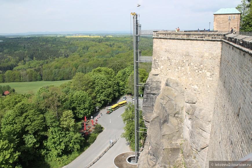 А вот на таком панорамном лифте (или еще на пассажирском) Вы можете попасть на территорию крепости. Но, не поленитесь, подъем пешком совершенно не утомителен, и Вы увидите намного больше других!  Еще обратите внимание на желтенькие вагончики внизу. Они Вас довезут от парковки для туристов  до крепости Кенигштайн, кажется за 3 - 4 евро. Но прогуляться (минут 10, не больше), было очень приятно и не напряжно.