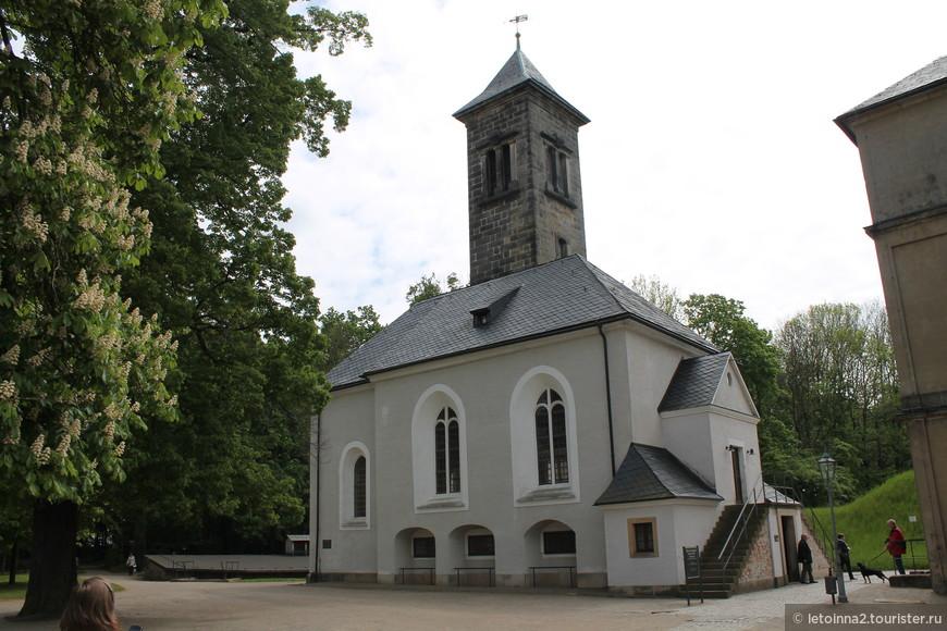 А это гарнизонная церковь. В 1670 году обновили ризницу, соорудили кессонный потолок. До этого совершать богослужения священник приезжал из города. В 1721 г. был установлен первый орган.