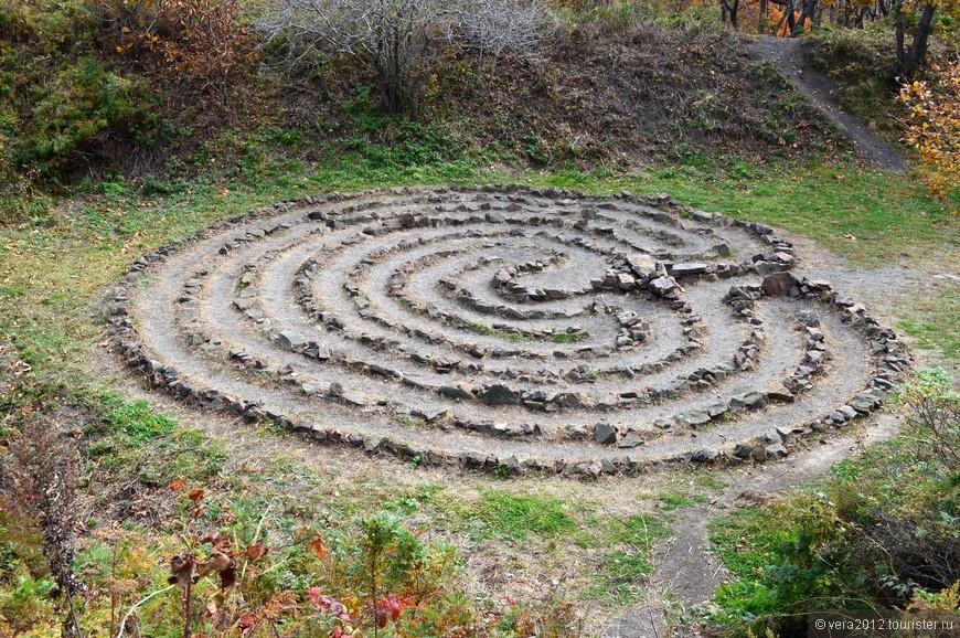 Лабиринт на о. Русский. В 2008 году его построил Мансур Якубов  - здесь можно почитать подробнее    http://man-sur.ru/labirinty/