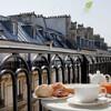 Уют парижских кварталов утром со свежим круассаном и кофе...