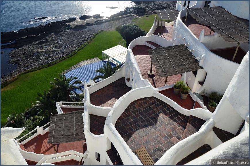 Дом спускается к океану белоснежными террасами.