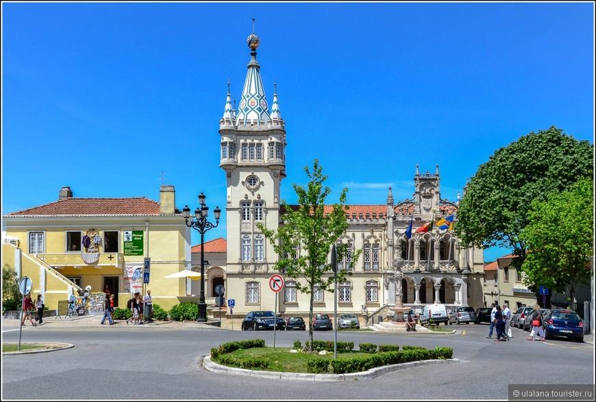 Городская Ратуша - роскошное двухэтажное каменное здание в неоготическом стиле
