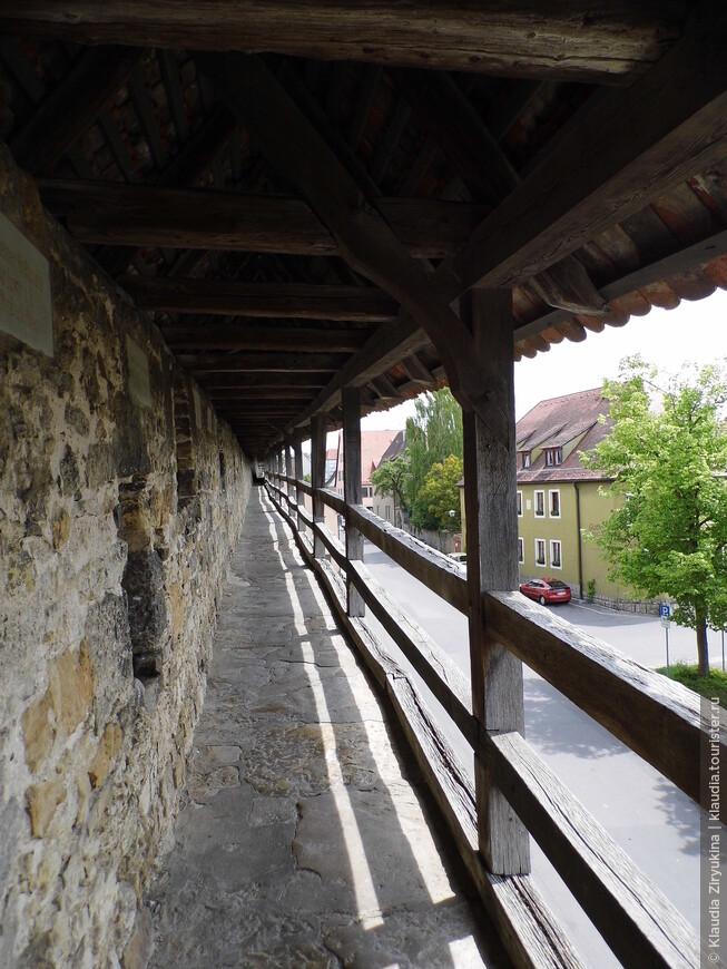 Очень удобная дорога проходит по стене.