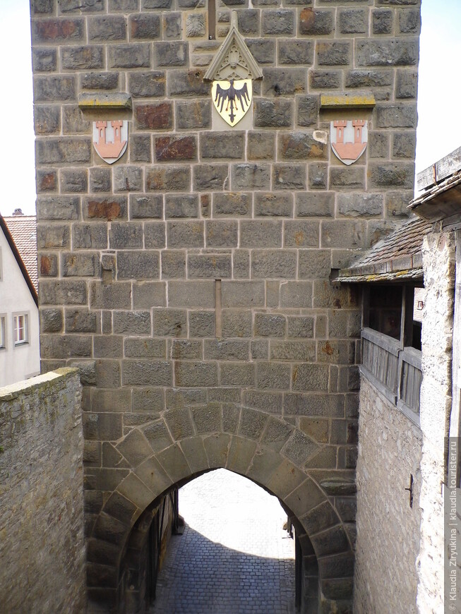 7 башен с воротами.