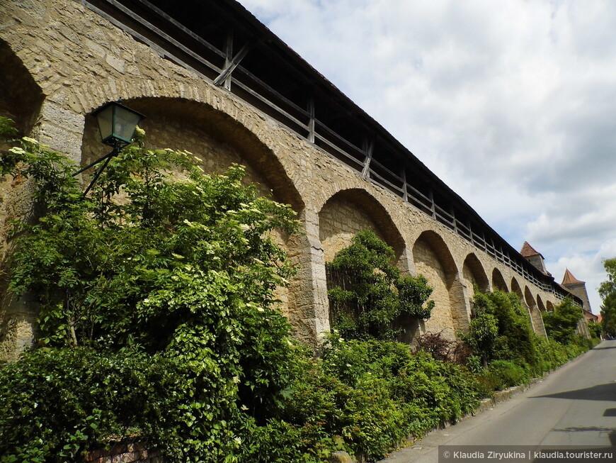 Стена полностью опоясывает город, 3 км.