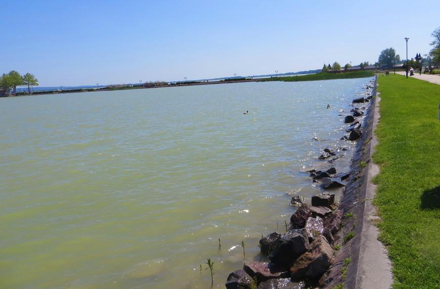 Хотелось в этом месте помочить ноги в воде озера. Но быстро понял, что только сумасшедший рискнет заходить в воду по этим скользким и острым камням