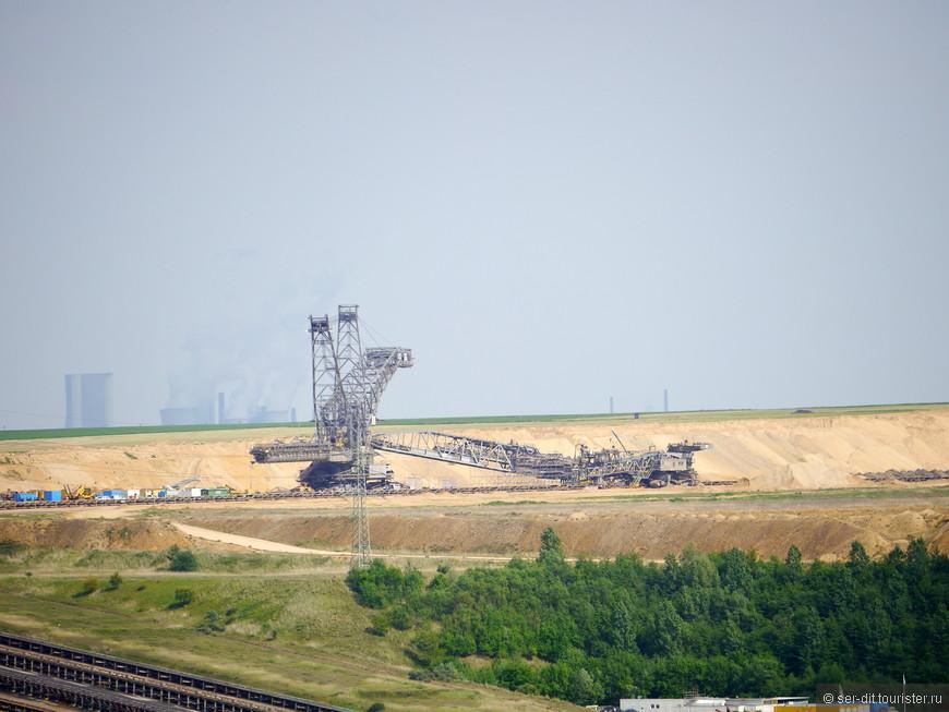 один из роторных экскаваторов. Длина за 200 метров высота под 100.