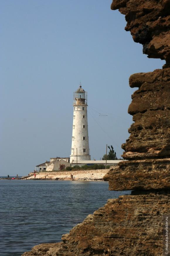 Тарханкутский маяк хоть и был построен в 1816 году, исправно работает до сих пор. Светит он с высоты 36 метров белым проблесковым огнем на 17 морских миль (1 миля = 1852 м), помогая кораблям в кромешной тьме благополучно обогнуть крайнюю западную точку Крыма.