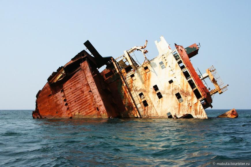 """У маяка, в непосредственой близости от берега, печально возвышаются над толщей воды обломки сухогруза. Владелец небольшого прогулочного катерочка, заметив нашу заинтересованность, предложил за 30 грн. """"с носа"""" подвезти нас к месту крушения корабля. По пути он рассказал нам о том, что события эти произошли не так давно, 17 декабря 2010 г. Сухогруз """"Ибрагим-Яким"""", шедший под флагом Камбоджи из Николаева в Турцию с 5,5 тыс. тонн металла, вследствие сложных погодных условий сел на мель. Экипаж 15 человек, граждане Сирии и Индии, был благополучно эвакуирован. Само же судно в ходе спасательной операции разломилось пополам и теперь представляет большой исследовательский интерес для дайверов и туристов."""